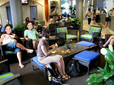DD and sat amongst the smiling faces of the tourists in the Lobby of the Aqua Aloha Spa Hotel in Waikiki.