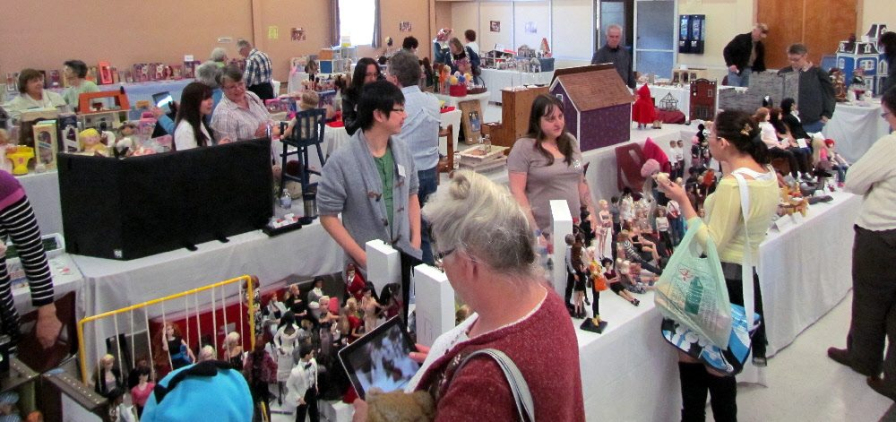 It was really busy at the show! And being surrounded by so many miniatures made me feel especially big and bulky!!